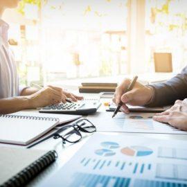 l-39-inspecteur-financier-et-le-secretaire-d-39-entreprise-font-rapport-calculent-ou-verifient-l-39-equilibre-document-de-verificat